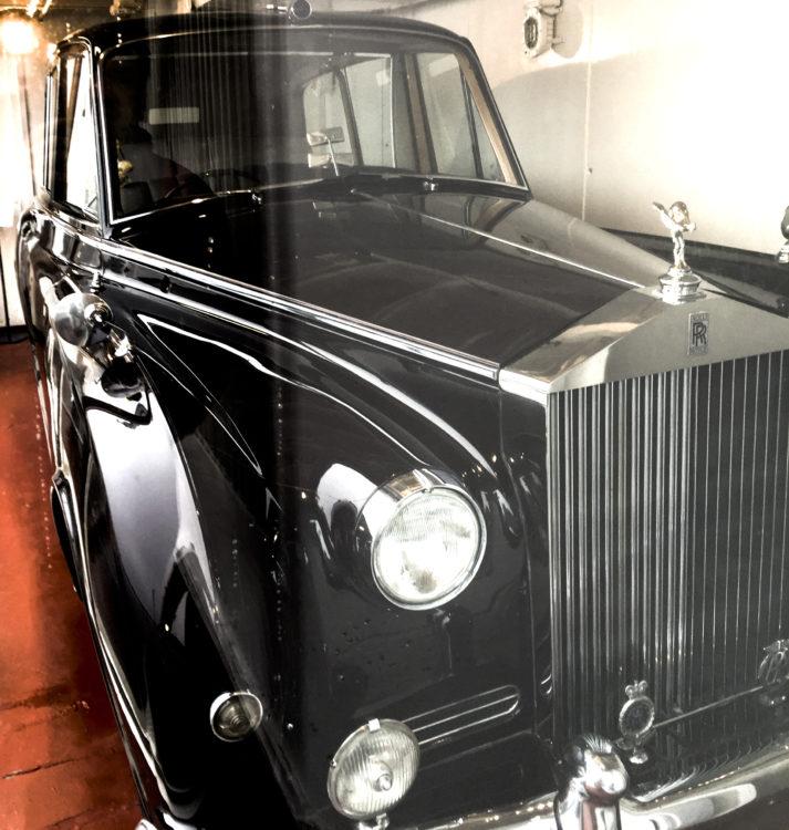 Mukana oli aina myös kuningattaren oma Rolls-Royce, joka edelleenkin odottaa laivan tallissa.