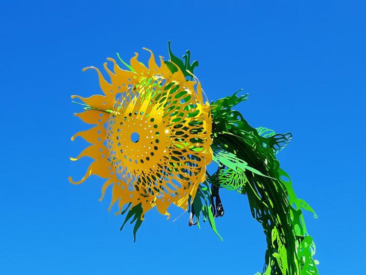 Auntomessujen tunnus oli Pekka Jylhän auringonkukkaa muistuttava valaisin.