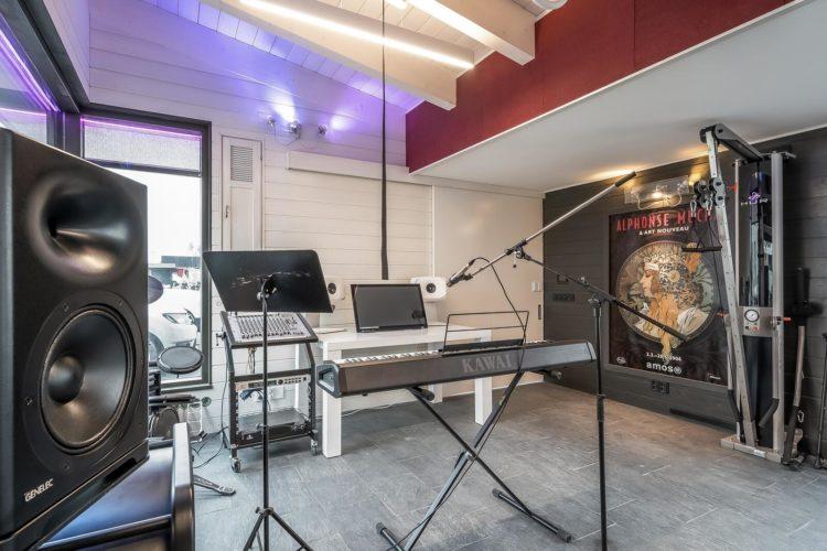 Villa Mikaelin toimintahuoneessa on urut ja digitaalisia soittimia, mm. rummut sekä kuntosalilaitteita.