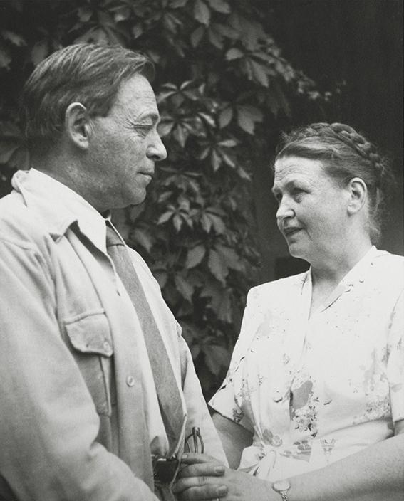 Alvar ja Aino aalto seisomassa puutarhassa käsikkäin.