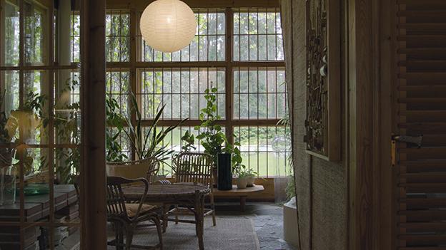Villa Mairea sisältä, ikkunoissa on kalterit kutsumattomien vieraiden varalta.