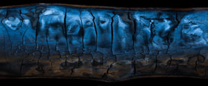 Markku Pihlajaniemen Hohdossa on sinisenmustia heijastumia palaneen puun pinnassa.