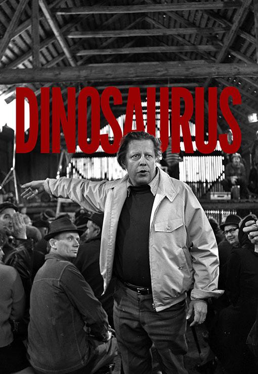 Dokumentin julisteessa lukee punaisella Dinosaurus, etualalla on ohjaaja Rauni Mollberg vaalea pusakka päällään.