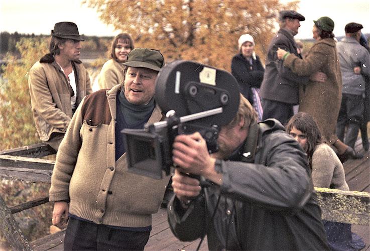 Kuva on Syntisen laulun kuvauksista, ohjaaja etualalla kameramiehen vieressä.