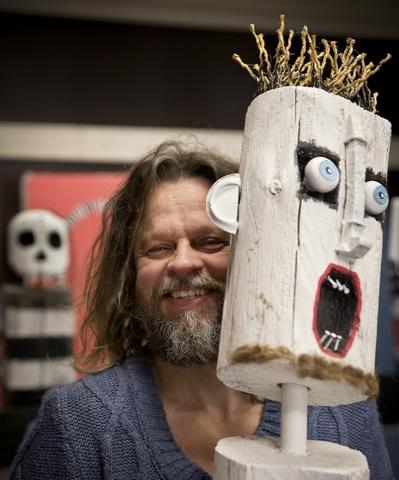 Vuoden 2021 ITE-taiteilija Jori Tapio Kallio näyttelyssään.