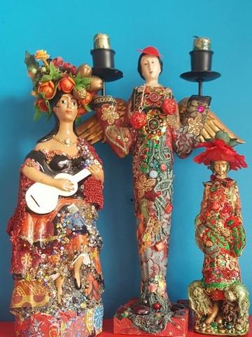 Ihmeiden ILO!Talon näyttelyn naishahmoja värikkäissä puvuissaan.