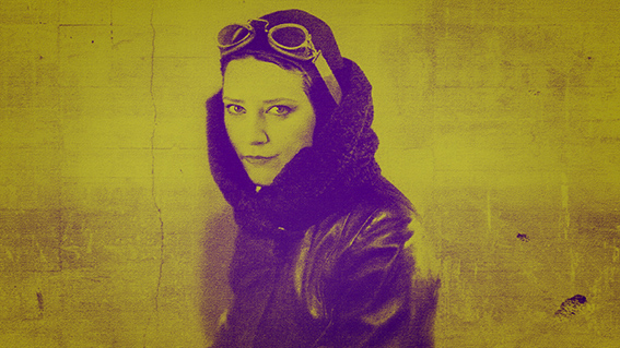 Liisa Pöntinen Yöperhosen kuunnelmakuvassa lentäjän asuun pukeutuneen lasit otsalla.