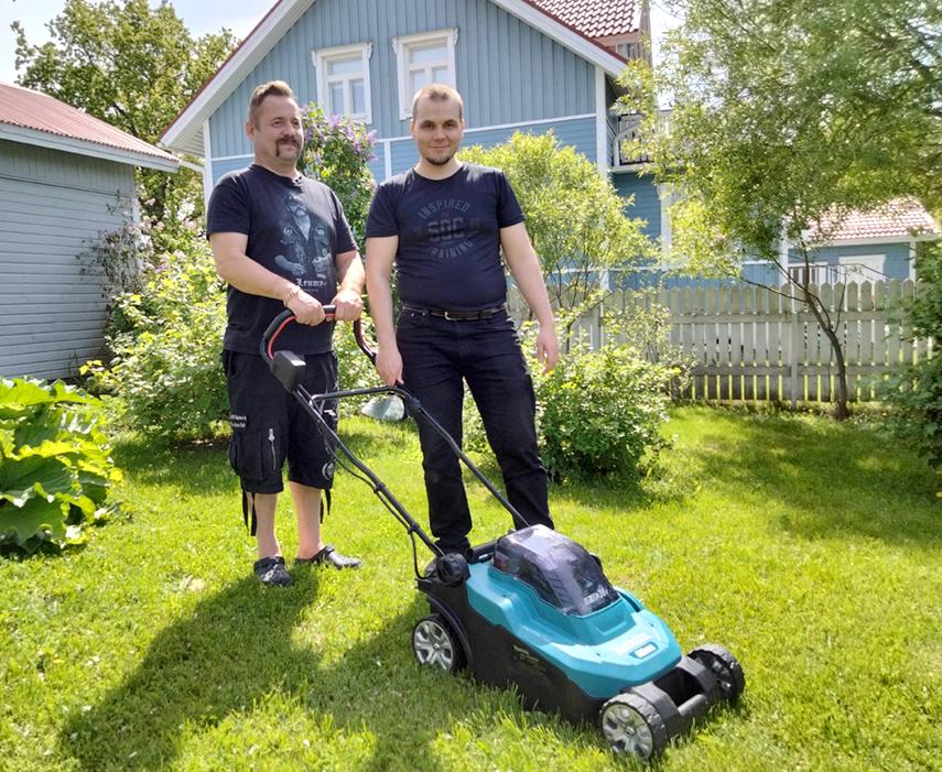 Dokumentintekijä Sami Keipi ja hänen henkilökohtainen avustajansa Sami Partanen ruohonleikkuuhommissa. Keipi työntää leikkuria. Taustalla on kaunis omakotitalonäkymä, puutarha kukoistaa vihreänä.