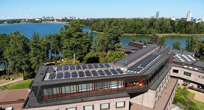 Aurinkopaneelit täyttävät suuren osan Hanasaaren kulttuurikeskuksen kattoja.