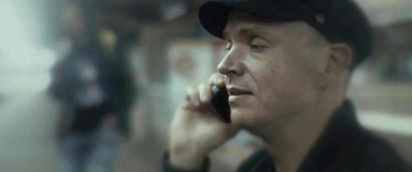 Elokuvan pääosan esittäjä puhuu puhelimeen.